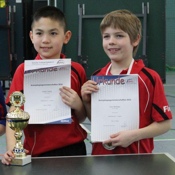 Justin Uong und Finn Welcker bei der Siegerehrung AK3 der Jungen
